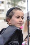 Cerveja-Sheva, ISRAEL - 5 de março de 2015: Retrato de um menino judaico adolescente na pilha preta e preta - Purim Fotografia de Stock