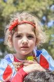 Cerveja-Sheva, ISRAEL - 5 de março de 2015: Retrato de uma menina em um vestido vermelho com um telefone celular Purim Fotografia de Stock