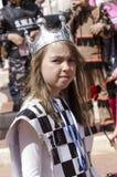 Cerveja-Sheva, ISRAEL - 5 de março de 2015: Retrato de uma menina no cartão do traje da rainha com uma coroa em sua cabeça - Puri Fotos de Stock Royalty Free