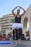Cerveja-Sheva, ISRAEL - 5 de março de 2015: Um homem em um tutu branco na fase aberta - Purim Fotografia de Stock