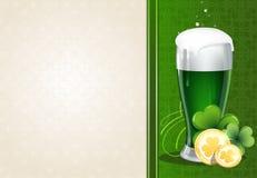 Cerveja verde com moedas e trevo de ouro Fotos de Stock