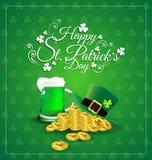 Cerveja verde com o chapéu na moeda de ouro para o dia do ` s de St Patrick Imagem de Stock Royalty Free