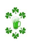 Cerveja verde com shamrocks Foto de Stock