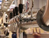 A cervejaria bate para entregar a cerveja no bar fotografia de stock