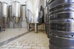 Cervejaria pequena, produção da cerveja do ofício fotos de stock royalty free
