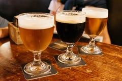 Cervejas sortidos em uma tabela fotografia de stock royalty free