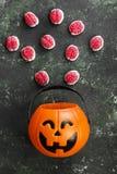 Cervelli terribili dei dolci per Halloween in zucca decorativa sopra immagini stock libere da diritti