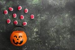 Cervelli terribili dei dolci per Halloween in zucca decorativa sopra fotografia stock libera da diritti