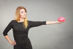 Cervello della tenuta della donna che ha idea Fotografia Stock Libera da Diritti
