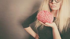 Cervello della tenuta della donna che ha idea Fotografia Stock