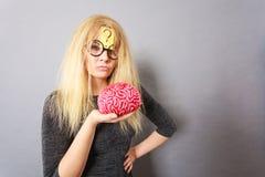 Cervello della tenuta della donna che ha idea Fotografie Stock Libere da Diritti
