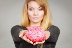 Cervello della tenuta della donna che ha idea Immagini Stock