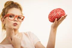 Cervello della tenuta della donna che ha idea Immagini Stock Libere da Diritti
