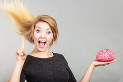 Cervello felice della tenuta della donna che ha idea Fotografie Stock
