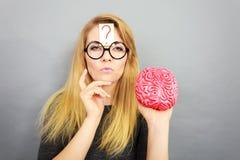 Cervello strano della tenuta della donna che ha idea Fotografie Stock