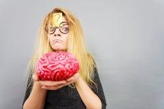 Cervello strano della tenuta della donna che ha idea Immagini Stock