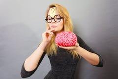 Cervello strano della tenuta della donna che ha idea Immagine Stock