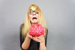Cervello strano della tenuta della donna che ha idea Immagine Stock Libera da Diritti