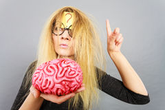 Cervello strano della tenuta della donna che ha idea Immagini Stock Libere da Diritti