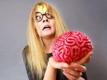 Cervello strano della tenuta della donna che ha idea Fotografia Stock