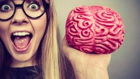 Cervello strano della tenuta della donna che ha idea Fotografia Stock Libera da Diritti