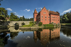 Cervena-lhota Schloss mit einer Reflexion auf einem See lizenzfreie stockfotografie