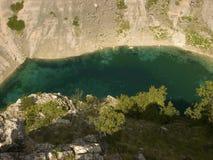 Cerveno rosso e lago blu Modro in Imotski, Croazia immagini stock