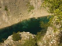 Cerveno vermelho e lago azul Modro em Imotski, Croácia Imagens de Stock Royalty Free