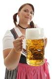 Cerveza bávara de Oktoberfest de la explotación agrícola de la mujer en frente Imagen de archivo libre de regalías
