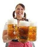 Cerveza bávara de Oktoberfest de la explotación agrícola de la mujer en frente Imagenes de archivo