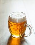 Cerveza checa en el vidrio en fondo del vintage Imagenes de archivo