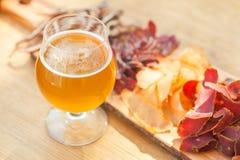 Cerveza clara y desigual imagenes de archivo