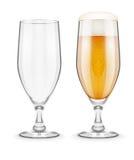 Cerveza con espuma en el cubilete de cristal para la consumición del pub Fotos de archivo libres de regalías