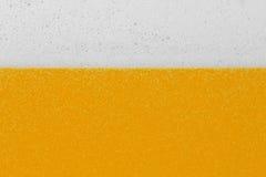 Cerveza con espuma y burbujas Fotos de archivo