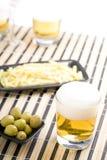Cerveza con las virutas Fotografía de archivo libre de regalías