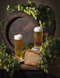 Cerveza de barril con los saltos Fotos de archivo