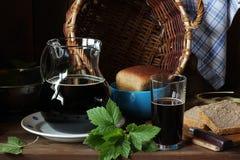 Cerveza de centeno hecha en casa oscura con las hojas de la grosella negra Fotografía de archivo libre de regalías