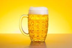Cerveza de cerveza dorada pálida Fotografía de archivo libre de regalías
