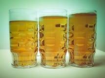 Cerveza de cerveza dorada retra de la mirada Fotografía de archivo