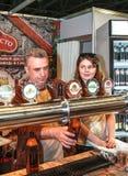 Cerveza de colada del hombre al vidrio del golpecito de la cerveza Foto de archivo libre de regalías