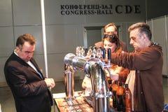 Cerveza de colada del hombre al vidrio del golpecito de la cerveza Fotos de archivo libres de regalías