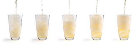 Cerveza de colada en el vidrio, aislado en el fondo blanco truncamiento imagen de archivo
