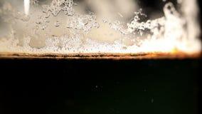 Cerveza de colada. Tiro macro. almacen de metraje de vídeo