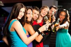 Cerveza de consumición de la gente en barra o club Fotografía de archivo