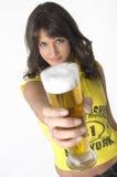 Cerveza de consumición de la muchacha bonita del vidrio Fotografía de archivo libre de regalías