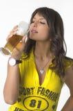 Cerveza de consumición de la muchacha bonita del vidrio Fotos de archivo