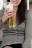 Cerveza de consumición de la mujer anónima Fotografía de archivo libre de regalías