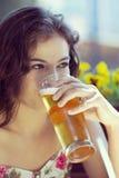 Cerveza de consumición de la mujer hermosa Foto de archivo