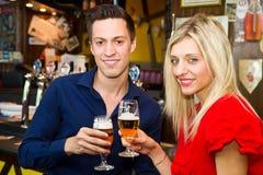 Cerveza de consumición de los pares adolescentes en el pub Fotos de archivo libres de regalías