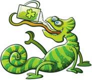 Cerveza de consumición del camaleón del día de Patricks del santo Fotografía de archivo libre de regalías